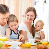 obitelj-dijete-jede-dorucak-sreca