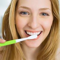 zena-zubi-cetkica-pranje-karijes3