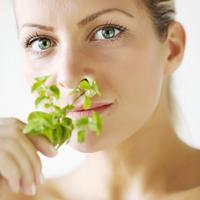 zena-lijepa-biljka-njega-aromaterapija