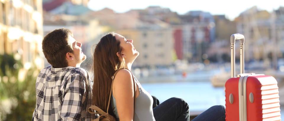 Godisnji odmor putovanje kofer more par dvoje ljubav mladi sunce uzivanje smijeh radost svjetlost shutterstock 369890609