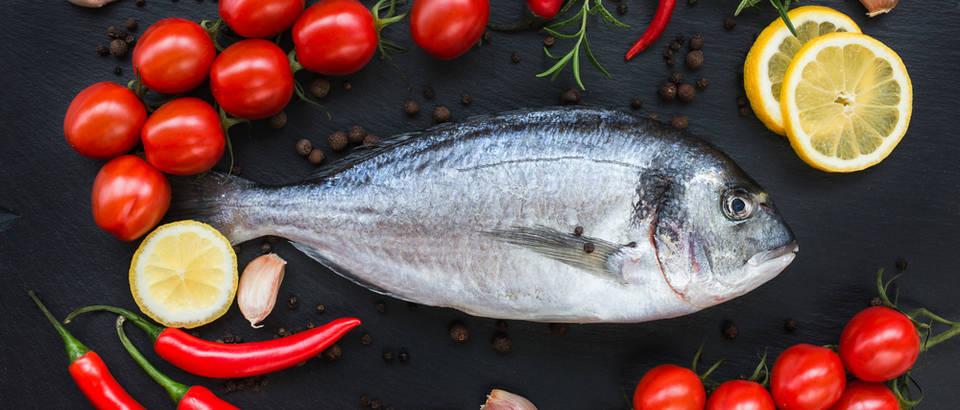 Morska riba orada rajcica feferoni paprika cesnjak limun mediteranska prehrana shutterstock 283355051