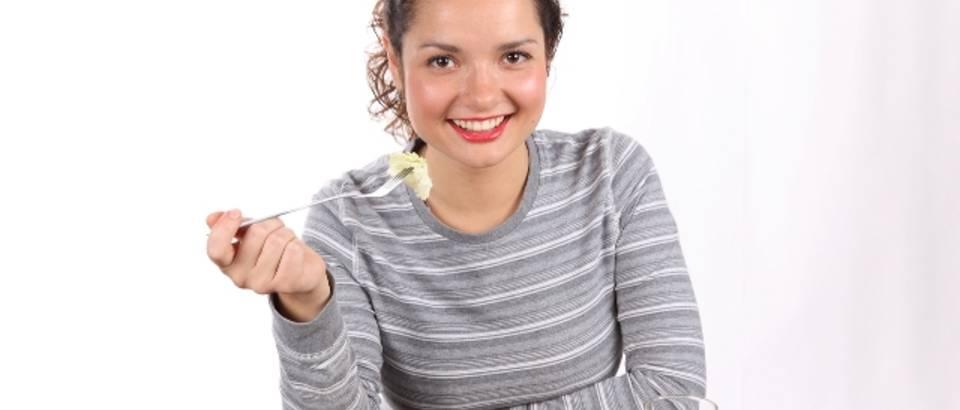 rucak, obrok, hrana, salata, zena jede, zdrava hrana, rajcica