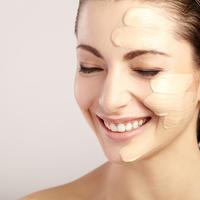 Njega ljepota žena lice kozmetika puder šminka koža shutterstock 367912988