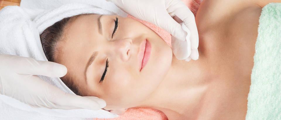 Tretman čišćenje lica kozmetičarka shutterstock 118766440