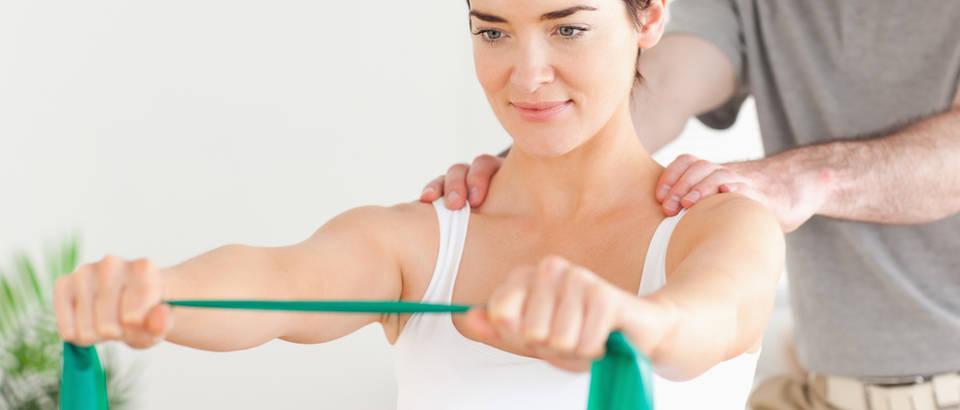 Fizikalna terapija žena liječnik fizioterapeut shutterstock 84541618