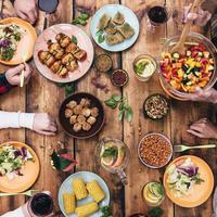 Hrana večera stol shutterstock 323732702