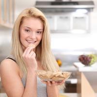 Dorucak, keksi, zena jede, zdrava hrana