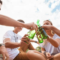 Mladi alkohol tinejdžeri shutterstock 215965567