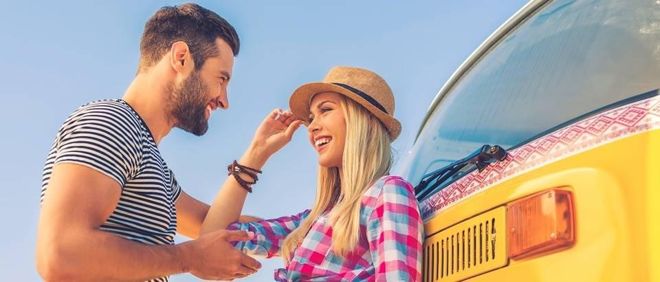 Dvoje par ljubav mladi ljeto ljetovanje putovanje razgovor smijeh shutterstock 289443995