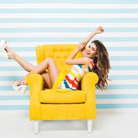 lijepa žena u fotelji