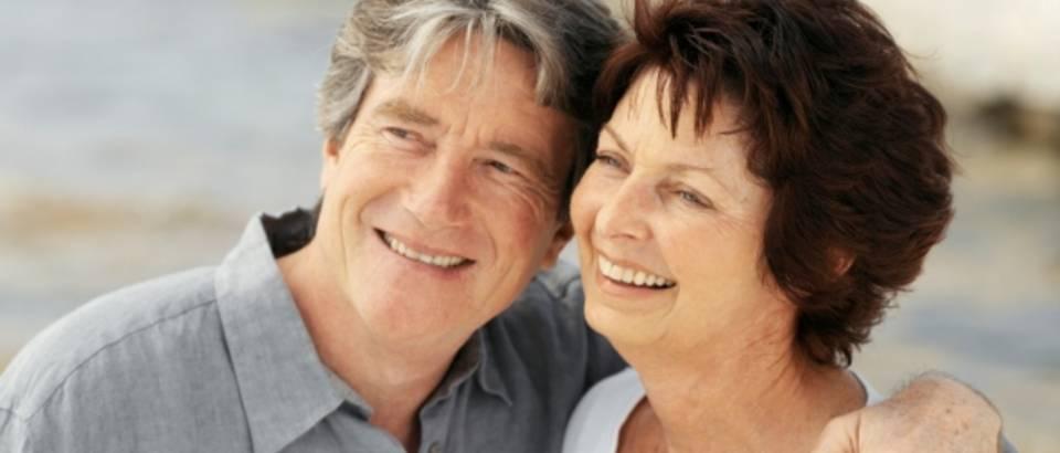 stariji par, zagrljaj
